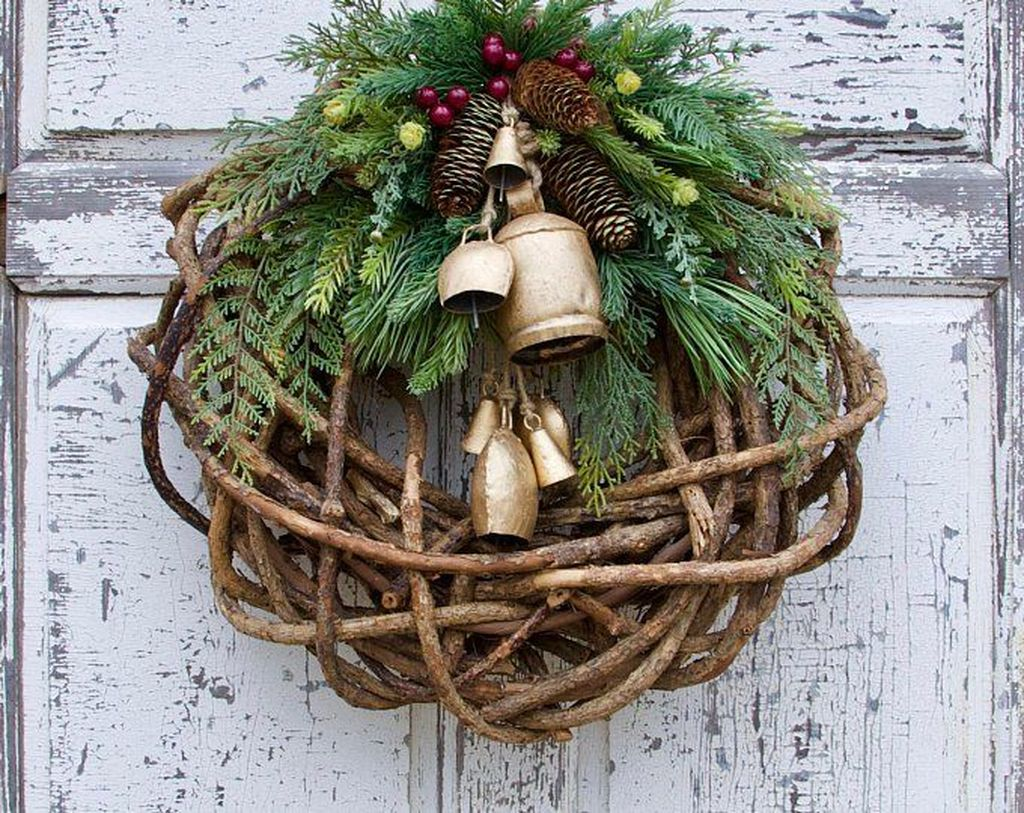 Awesome Winter Door Wreaths You Can Try This Season 22