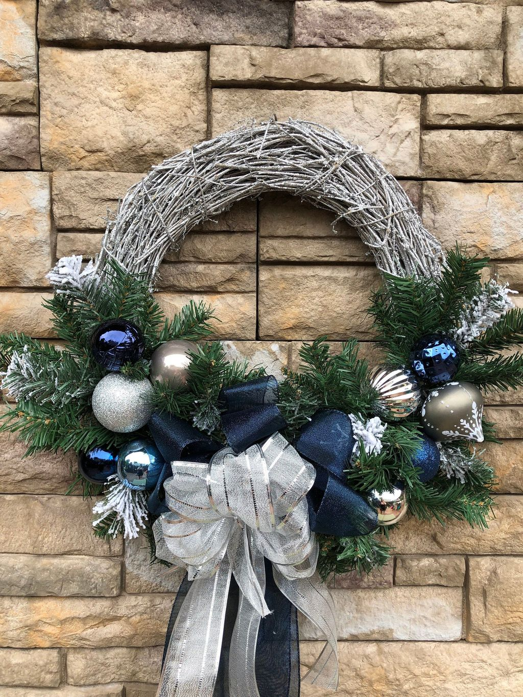 Awesome Winter Door Wreaths You Can Try This Season 44