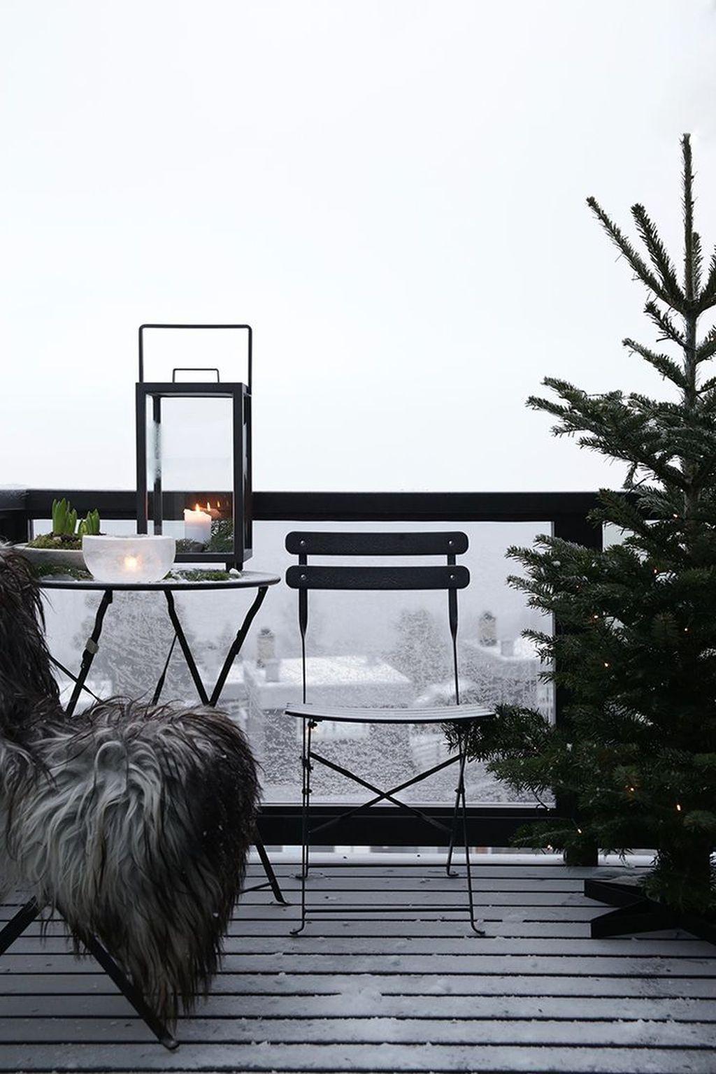 Stunning Winter Balcony Decorating Ideas 18