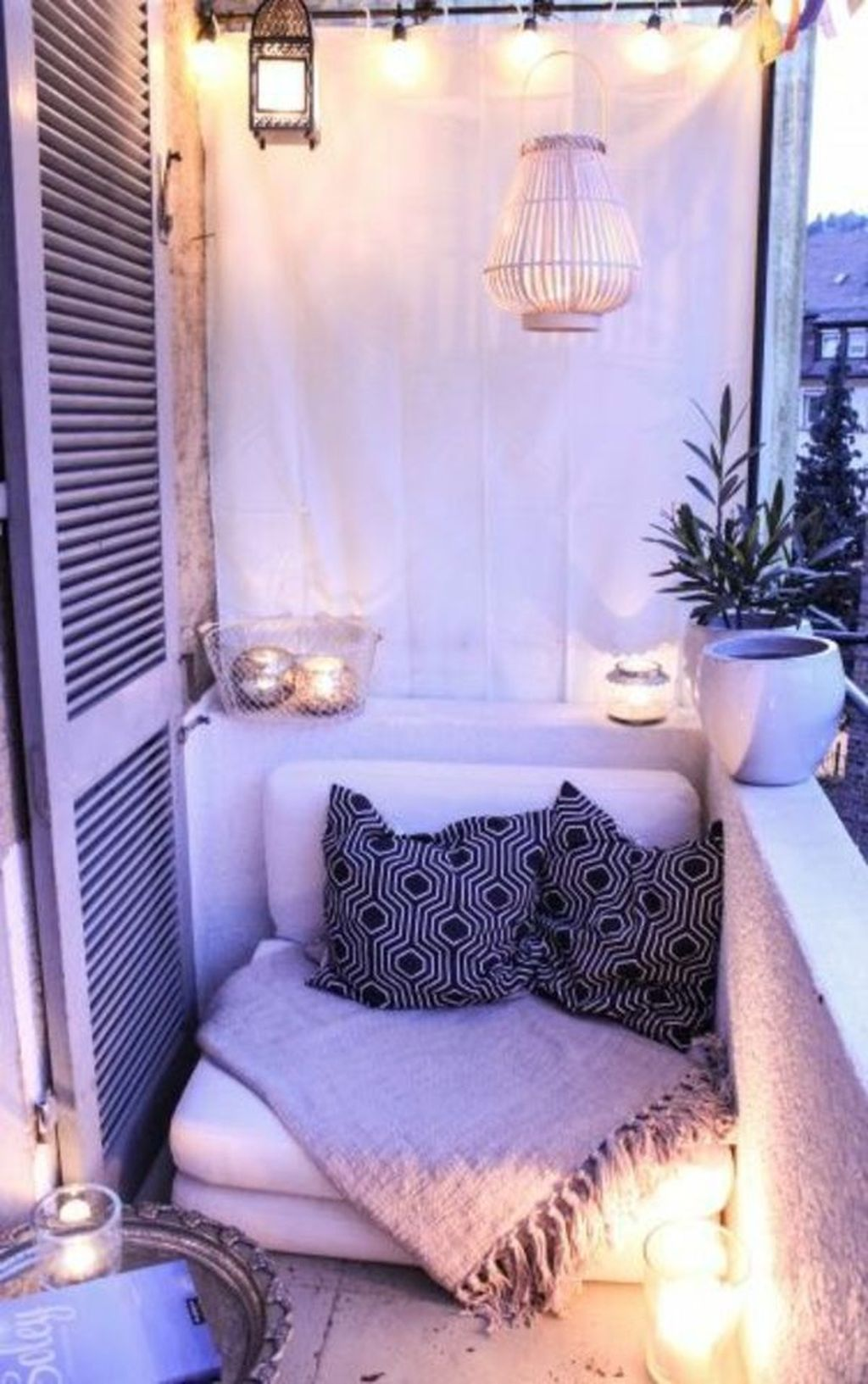 Stunning Winter Balcony Decorating Ideas 19