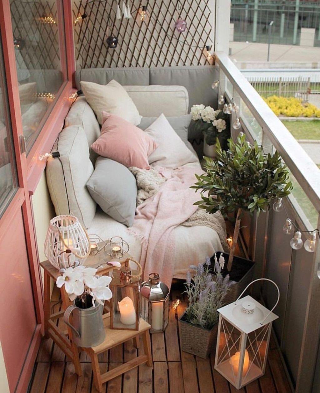 Stunning Winter Balcony Decorating Ideas 30