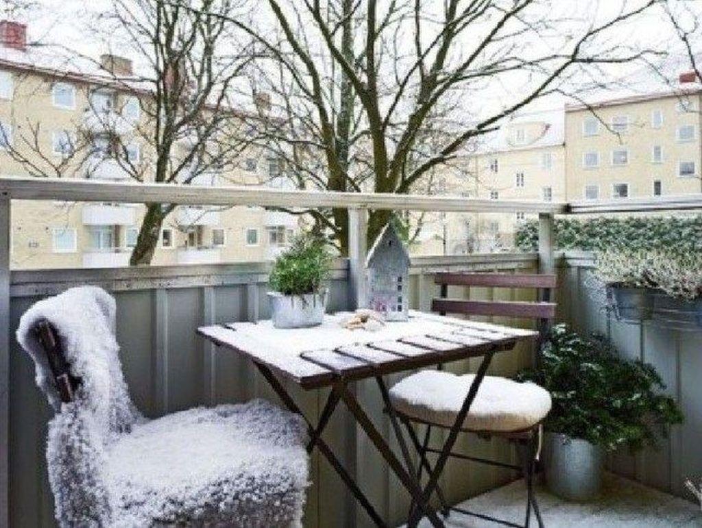 Stunning Winter Balcony Decorating Ideas 31