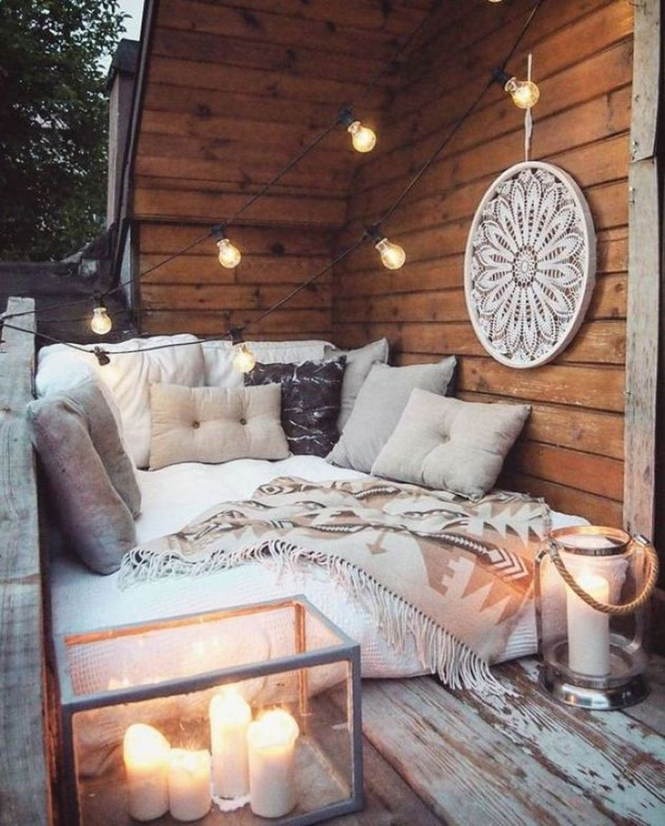 Stunning Winter Balcony Decorating Ideas 44
