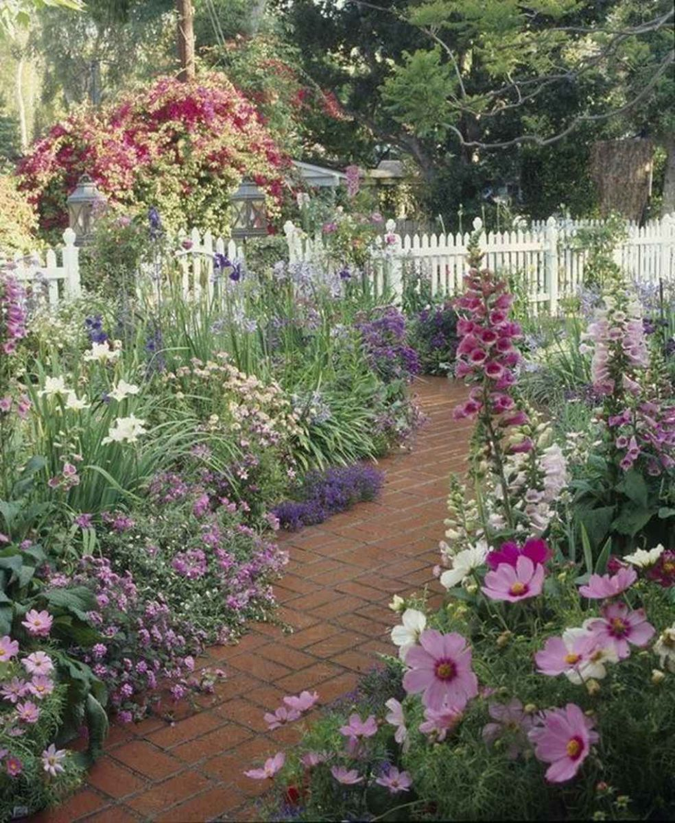 Lovely Flower Garden Design Ideas To Beautify Your Outdoor 23