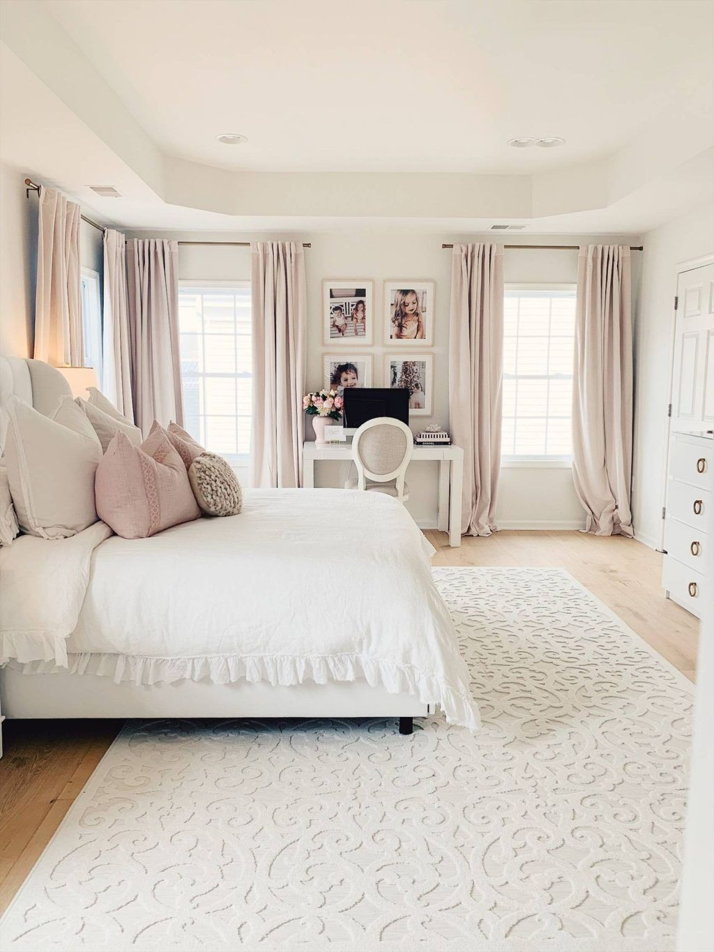 The Best White Master Bedroom Design And Decoration Ideas 17