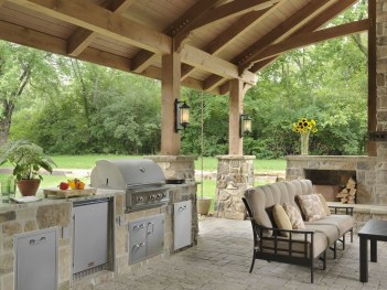 Pretty Seating Area Ideas With Outside Fireplace 09