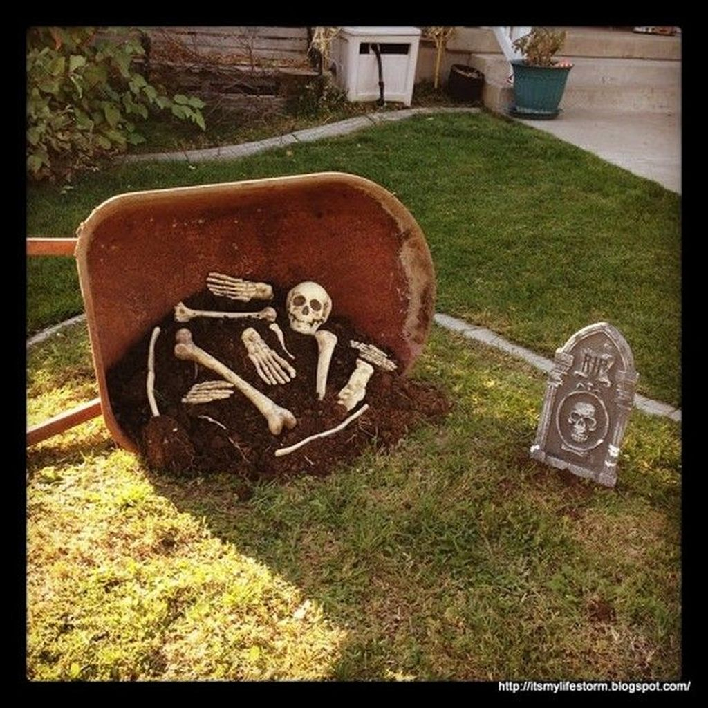 Top Halloween Outdoor Decorations To Terrify People 08