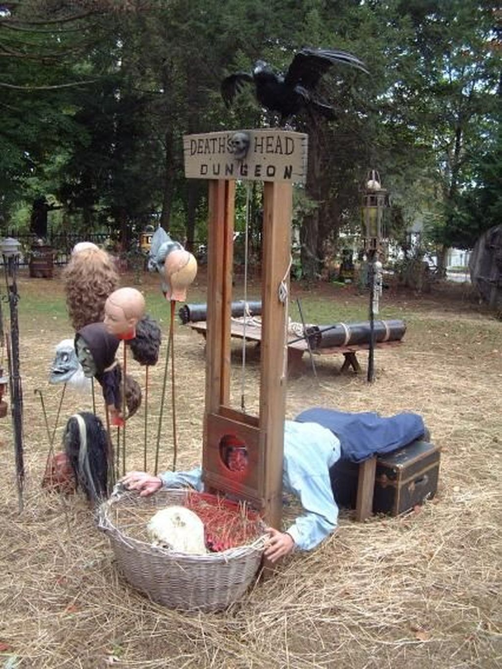 Top Halloween Outdoor Decorations To Terrify People 09