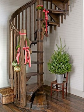 Best Christmas Decorations That Turn Your Staircase Into A Fairy Tale 09
