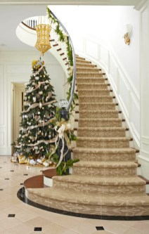 Best Christmas Decorations That Turn Your Staircase Into A Fairy Tale 15