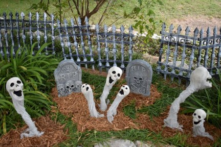 Elegant Outdoor Halloween Decoration Ideas 39