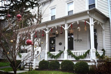 Joyful Front Porch Christmas Decoration Ideas 54