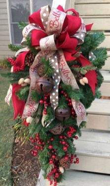 Unique Christmas Wreath Decoration Ideas For Your Front Door 09