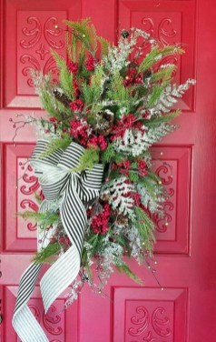 Unique Christmas Wreath Decoration Ideas For Your Front Door 26