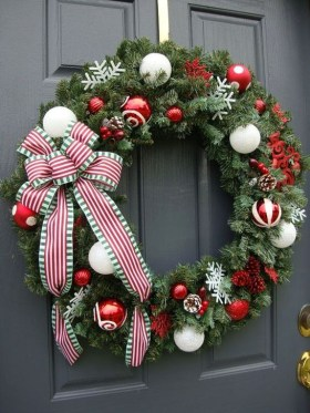 Unique Christmas Wreath Decoration Ideas For Your Front Door 34