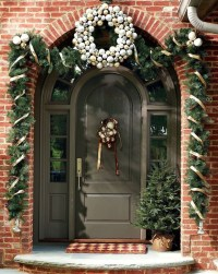 Welcoming Christmas Entryway Decoration For Your Home 19