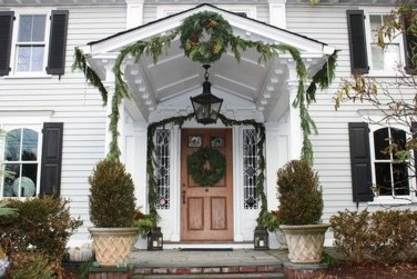 Welcoming Christmas Entryway Decoration For Your Home 27