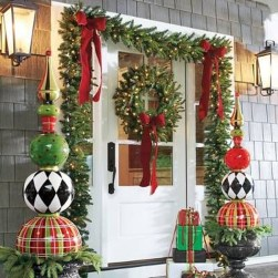 Welcoming Christmas Entryway Decoration For Your Home 56