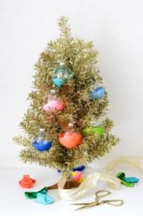 Charming Traditional Christmas Tree Decor Ideas 02