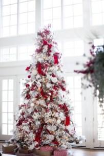 Charming Traditional Christmas Tree Decor Ideas 05