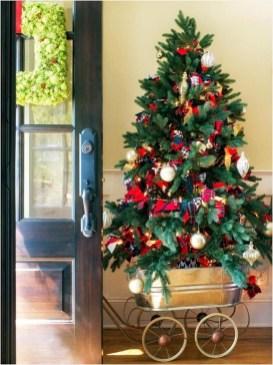 Charming Traditional Christmas Tree Decor Ideas 07