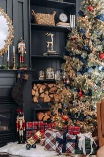 Charming Traditional Christmas Tree Decor Ideas 12