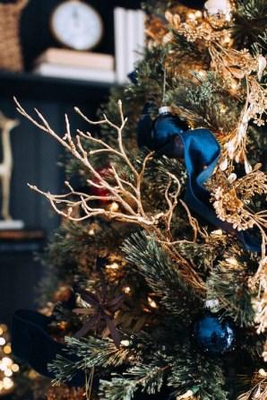 Charming Traditional Christmas Tree Decor Ideas 17