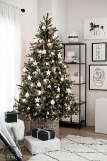 Charming Traditional Christmas Tree Decor Ideas 21