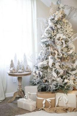 Charming Traditional Christmas Tree Decor Ideas 25