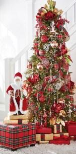 Charming Traditional Christmas Tree Decor Ideas 28