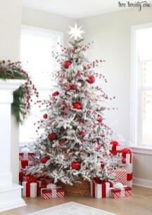 Charming Traditional Christmas Tree Decor Ideas 32