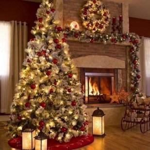 Charming Traditional Christmas Tree Decor Ideas 39