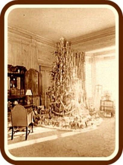 Charming Traditional Christmas Tree Decor Ideas 40