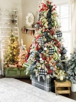 Charming Traditional Christmas Tree Decor Ideas 43