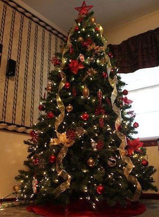 Charming Traditional Christmas Tree Decor Ideas 46