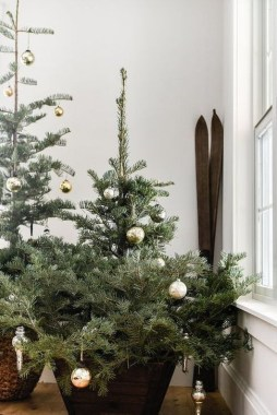 Gorgeous Farmhouse Christmas Tree Decoration Ideas 24