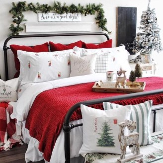 Pretty Christmas Decoration Ideas For Your Bedroom 29