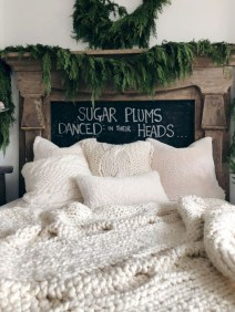 Pretty Christmas Decoration Ideas For Your Bedroom 31