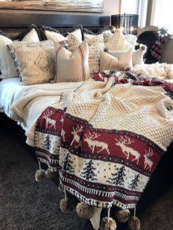 Pretty Christmas Decoration Ideas For Your Bedroom 47
