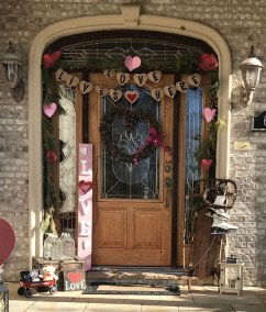 Best Ideas To Decorate Your Porch For Valentines Day 33