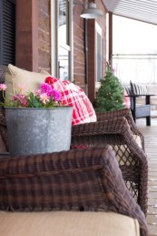 Elegant Front Porch Valentines Day Decor Ideas 03