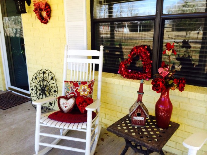 Elegant Front Porch Valentines Day Decor Ideas 24