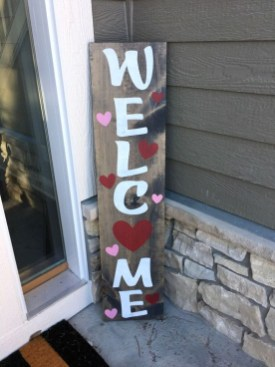 Elegant Front Porch Valentines Day Decor Ideas 32