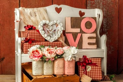 Elegant Front Porch Valentines Day Decor Ideas 52
