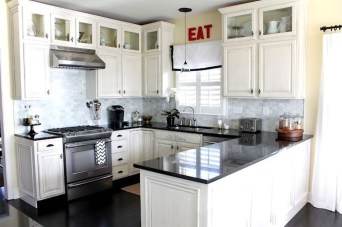 Minimalist Small White Kitchen Design Ideas 32