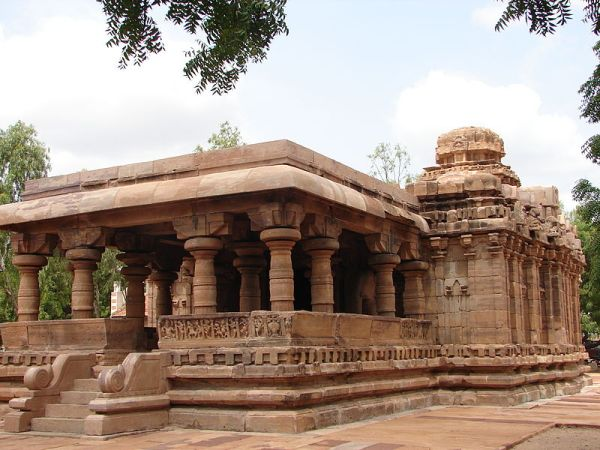 800px-Jain_Narayana_temple1_at_Pattadakal