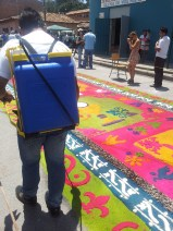 Pesticide sprayers (filled with water) are used to dampen the alfombras so they don't blow away.