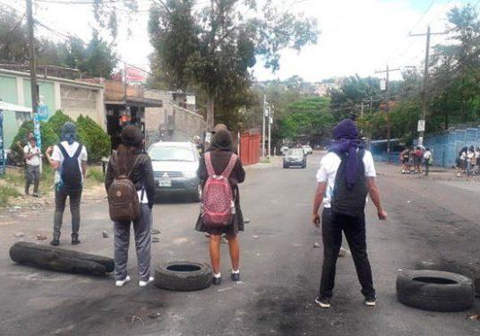 Enfrentamiento entre estudiantes del Instituto Central y policías en bulevar FFAA
