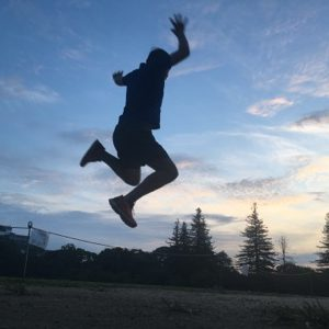 城の前でジャンプ