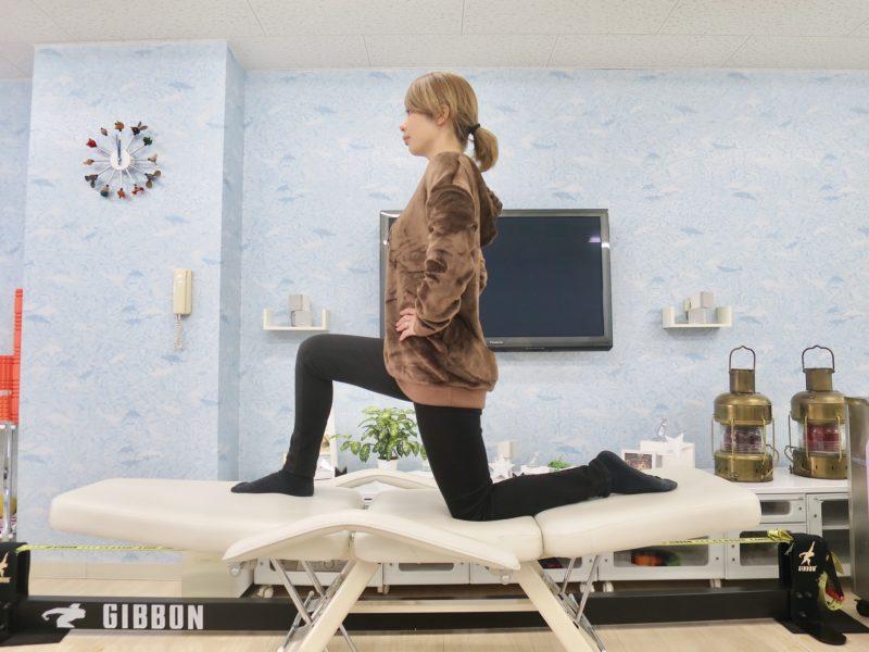 片膝を立て腰を伸ばす
